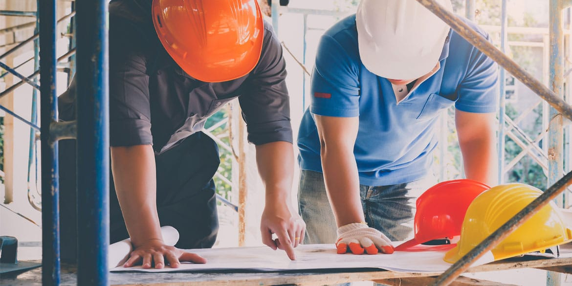 Development-engineer-discussing-foreman-about-project-building.jpg